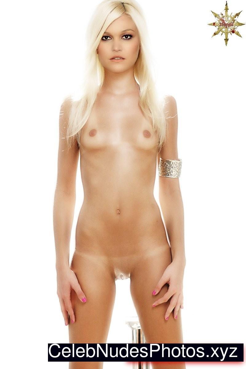 Julia styles naked