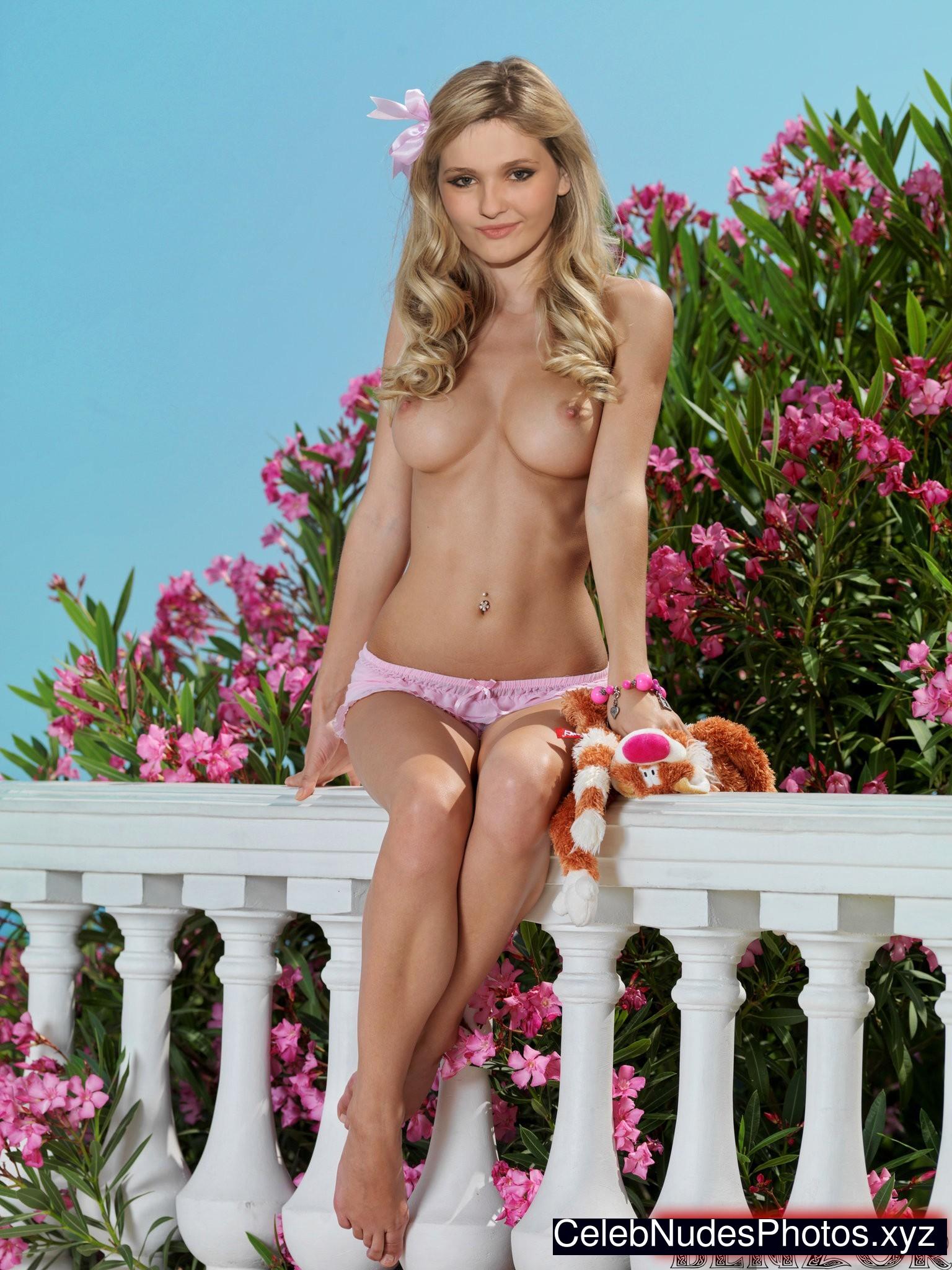 Abigail Breslin nude celebs